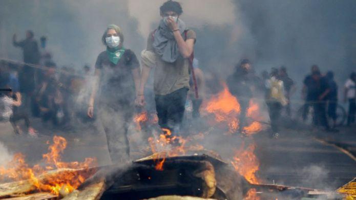 Conmovedor abrazo de manifestante y carabinero en Chile