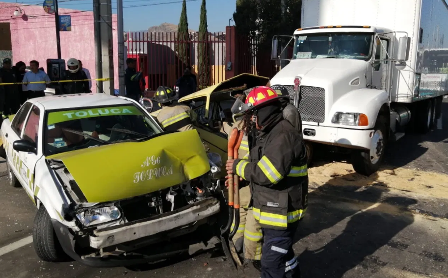 tráiler impacta autos en Alfredo del Mazo