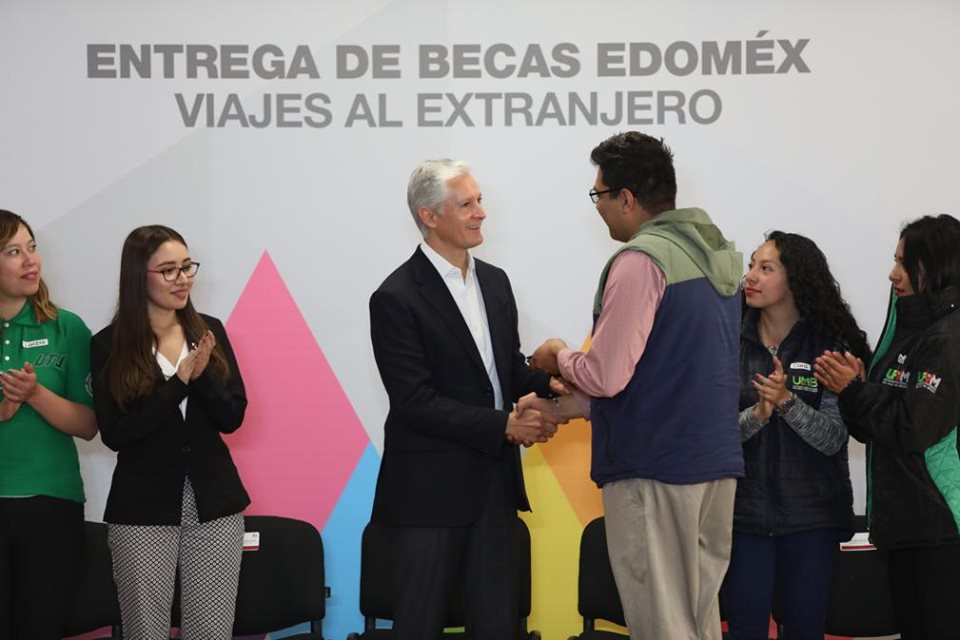 Alfredo del Mazo destaca las becas entregadas a estudiantes 2