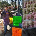 Joven vende gelatinas en el Edomex para pagarse los estudios