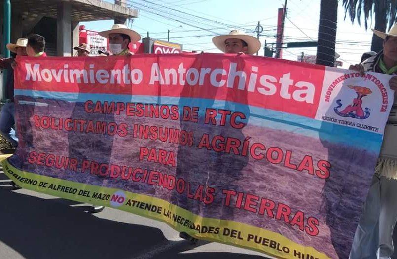 Manifestación de antorchistas se dirige a Toluca