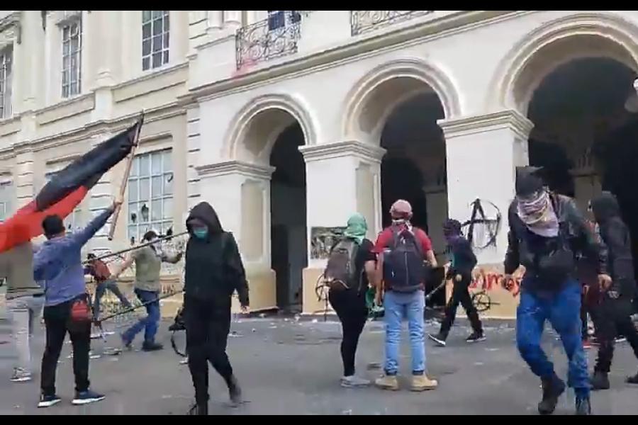 VIDEO Encapuchados intentan ingresar a Rectoria de UAEMéx