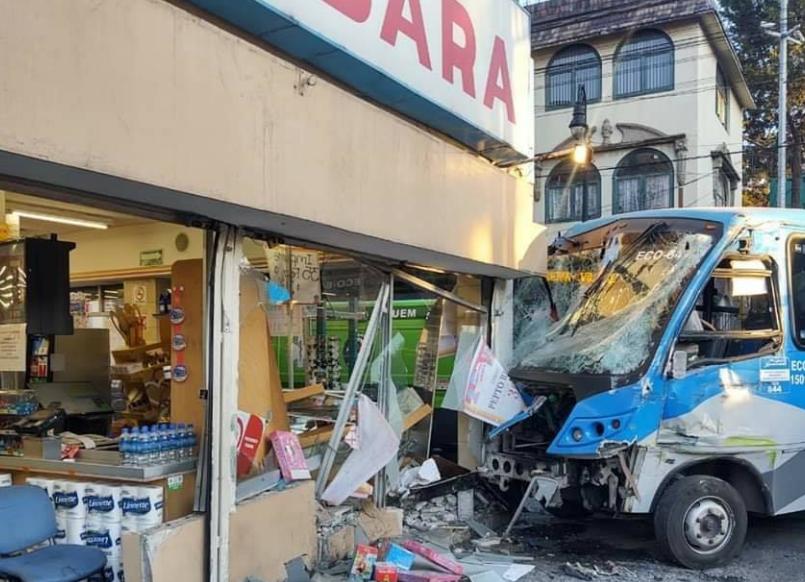 autobús se impactó en farmacia de villada