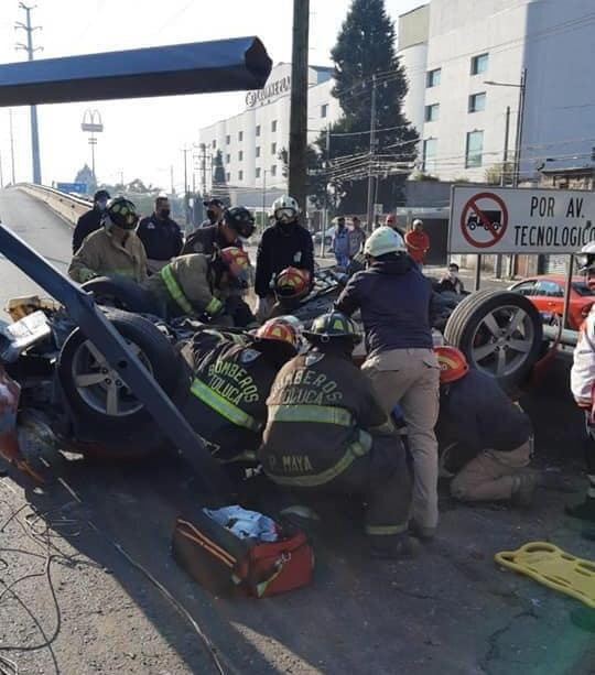 Automóvil sufre aparatoso accidente en Tollocan