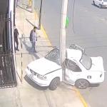 Automóvil sufre de un fuerte impacto contra poste