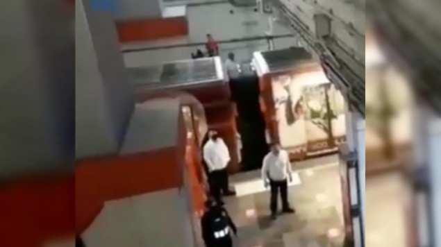 Hombre intenta aventarse a las vías del metro