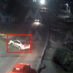 Motociclista es embestido por un automóvil || VIDEO