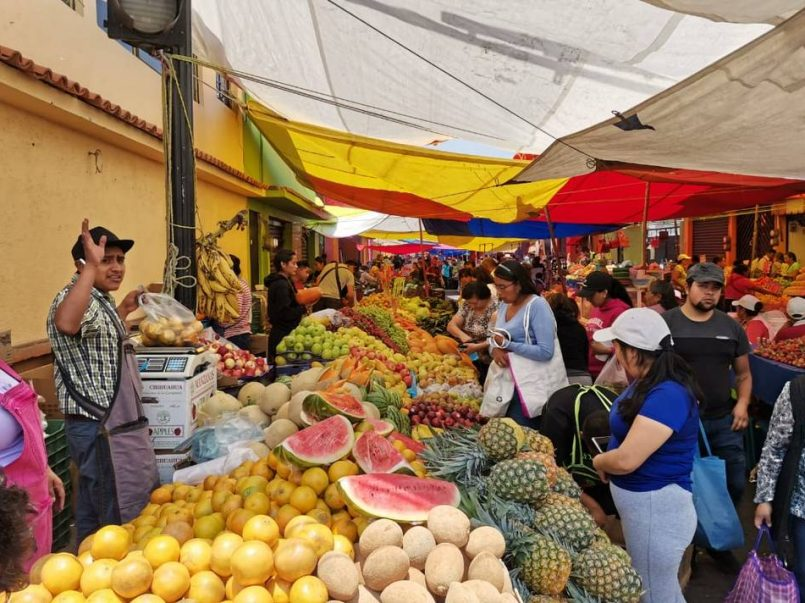 A pesar de que todo el Estado de México permanece en color rojo del semáforo sanitario, comerciantes reanudan mercados en Metepec.