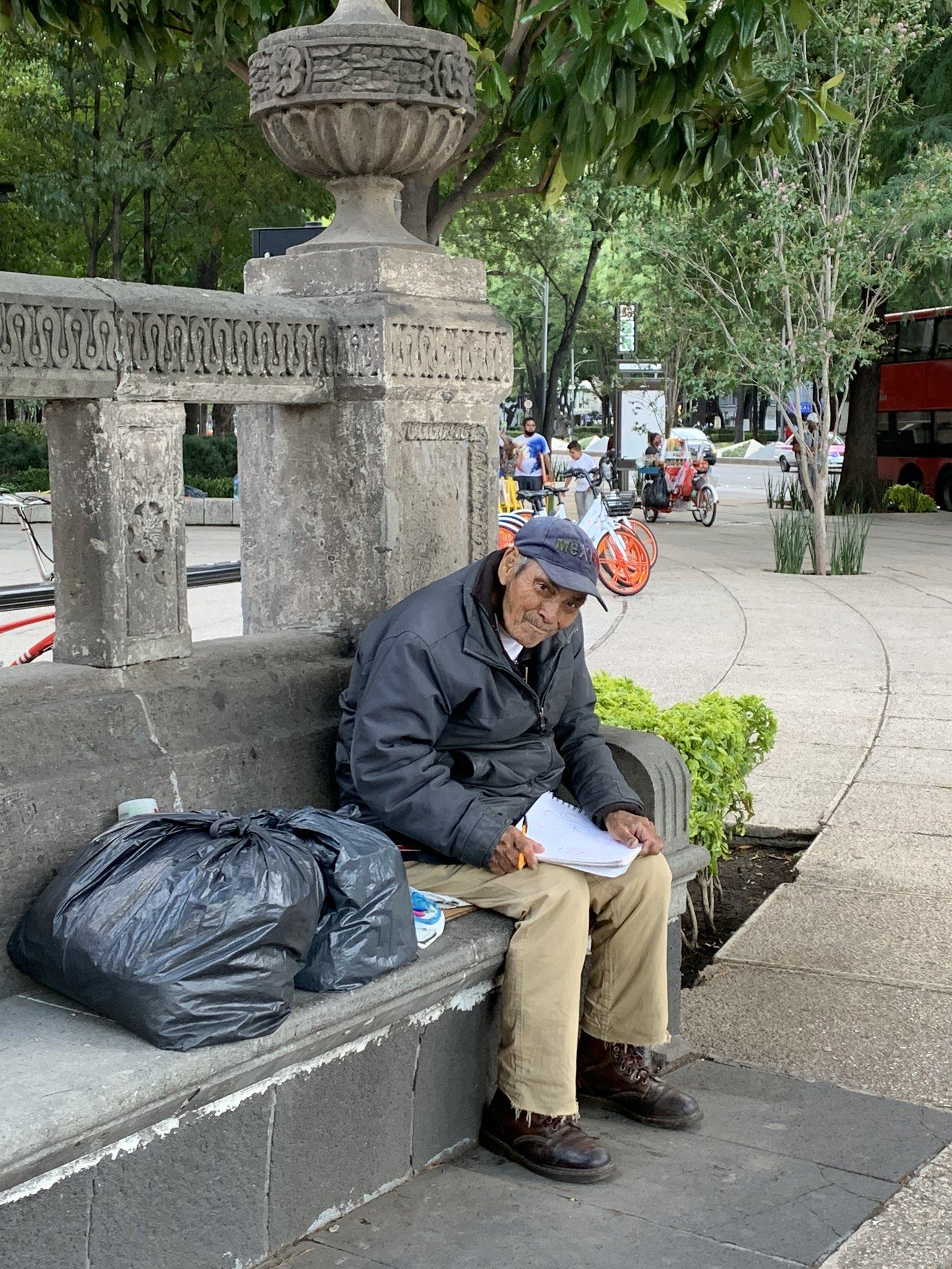 abuelito-vende-sus-dibujos-para-alimentarse3