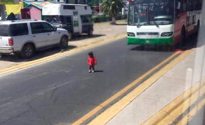 En el video se muestra como un camión Mexibus casi atropella a un infante que cruzaba solo en el Estado de México.