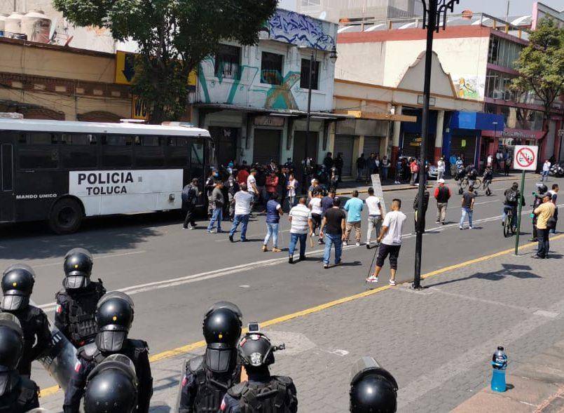 Después de que la afluencia de personas incrementará en el Edomex, los comercios informales también se han apoderado de las calles principales de Toluca.