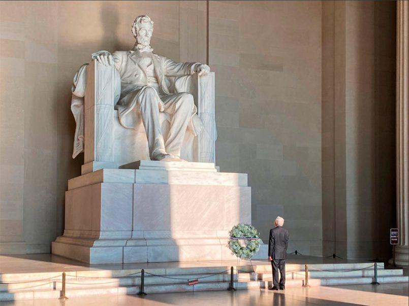 El presidente de México, Andrés Manuel López Obrador, en el National Mall, donde se encuentra el Monumento al presidente estadunidense Abraham Lincoln