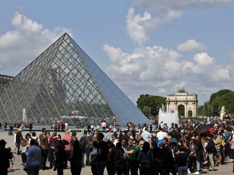 """El museo de Louvre abre sus puertas con """"poca gente"""""""