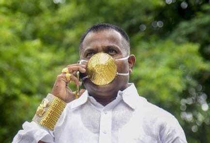 hombre-se-vuelve-viral-por-usar-cubrebocas-de-oro-en-india