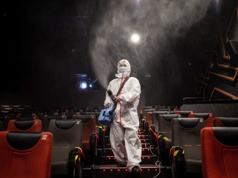 Debido a la pandemia y a la necesidad de reabrir los cines, aquí te presentamos la nueva normativa que aplicará para las salas de cines.