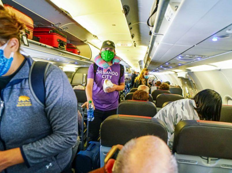 Hombre con COVID-19 se subió a un avión