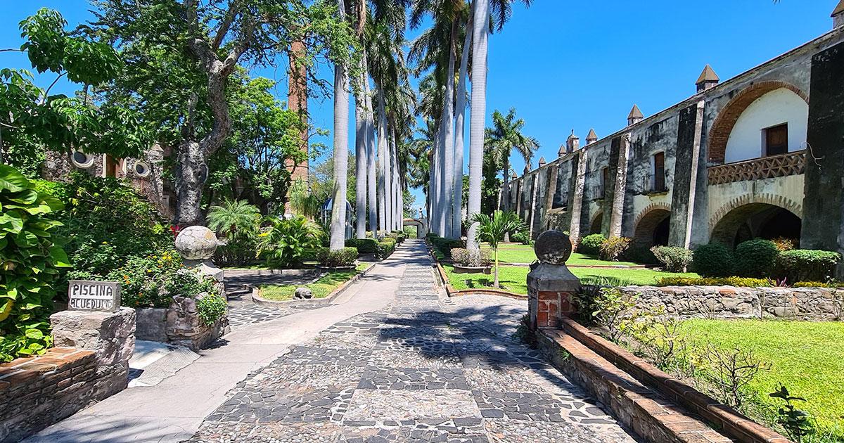 A la llegada te recibe el imponente edificio con paredes de 6 pies de espesor y con sus recios arcos en clásico estilo virreinal