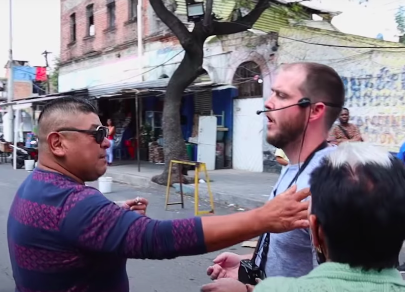 Predicador evangélico americano encara feligreses de la santa muerte en Tepito