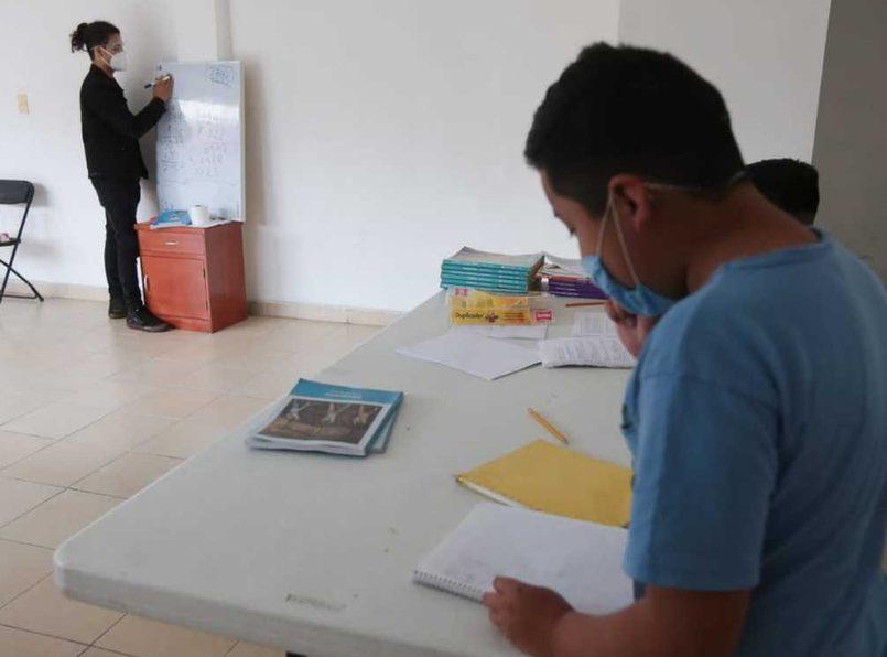 Fidel Montoya, estudiante de Física en la Universidad Autónoma Metropolitana ofrece clases gratuitas a niños de bajos recursos en Toluca.
