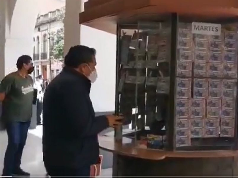 alcalde-municipal-de-toluca-compra-cachito-para-rifa-del-avion-presidencial
