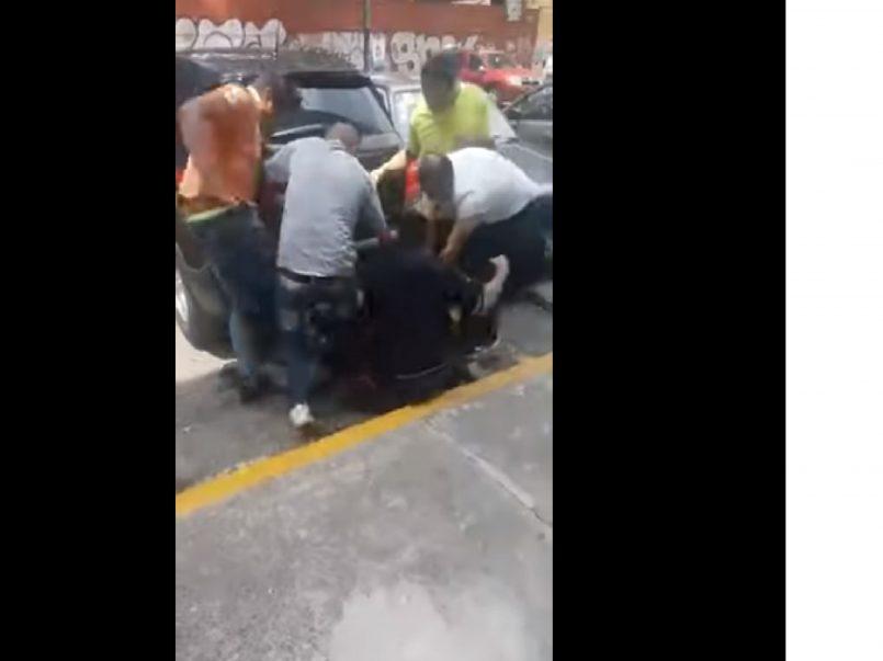 """(Vídeo) Asaltante es golpeado mientras le gritan que """"quedará igual que el de la combi"""""""