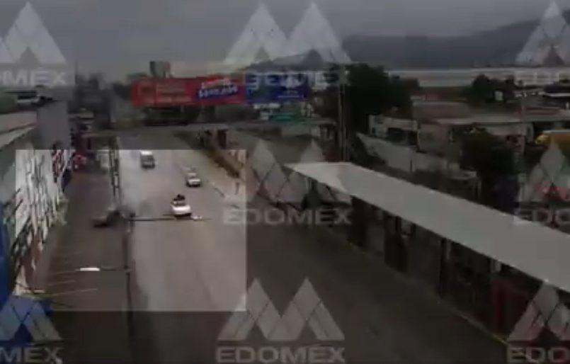 (Vídeo) Se impacta contra poste y se parte en dos su auto