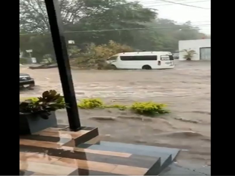 (Vídeos) Autos arrastrados por lluvias fuertes en Colima