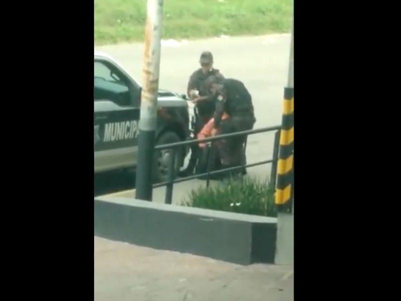 (Vídeo) Dos policías le roban dinero a un trabajador