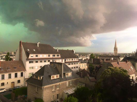 (Video) Cielo del norte de Francia se tiñe de color verde y se vuelve viral