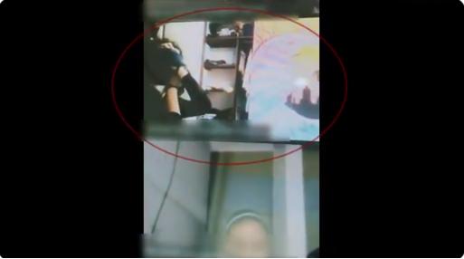 (Video) Ladrón amordaza a estudiante en plena clase en línea