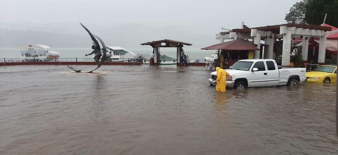 se-inundan-las-calles-de-valle-de-bravo-tras-fuerte-lluvia2