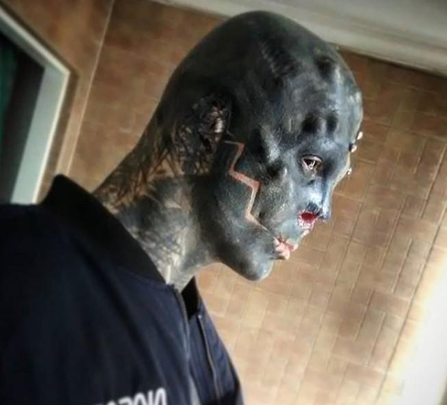 Hombre pretende convertirse en alien    FOTOGALERÍA