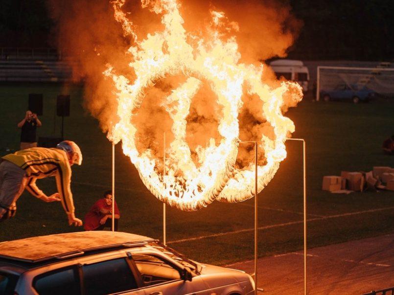 Acróbata ruso sufre accidente al intentar atravesar anillos de fuego