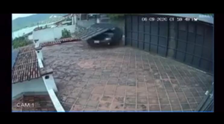 (Video) Automóvil pierde el control y termina en el tejado de una casa en Valle de Bravo