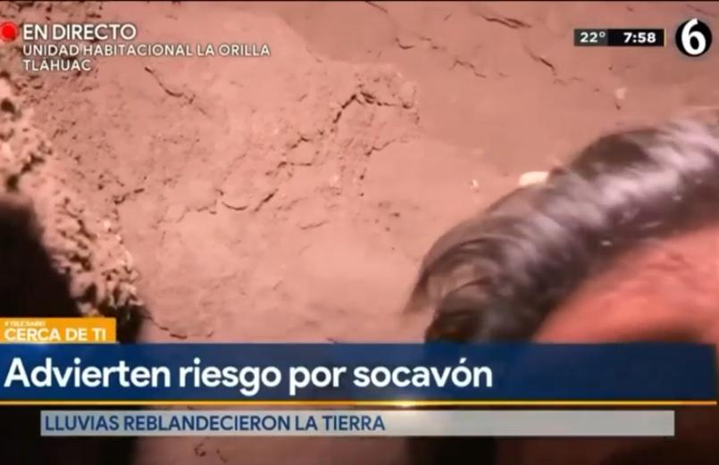 (Video) Camarógrafo cae a un socavón en transmisión en vivo desde CDMX