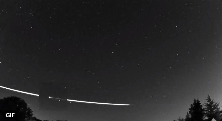 (Video) Extraño meteoro rosa la atmosfera de la Tierra y rebota al espacio