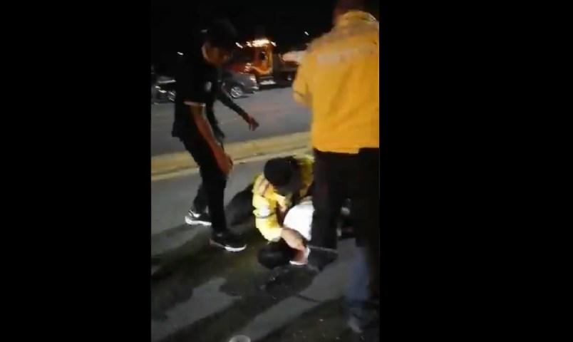 (Video) Hombre es golpeado por policías en un reten de alcoholímetro en Coahuila