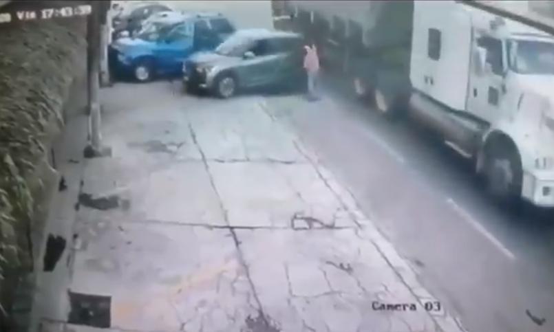 (Video) Hombre es prensado entre un automóvil y la caja de un tráiler en Tlaxcala