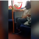 (Video) Usuario del transporte público usa serpiente viva como cubrebocas