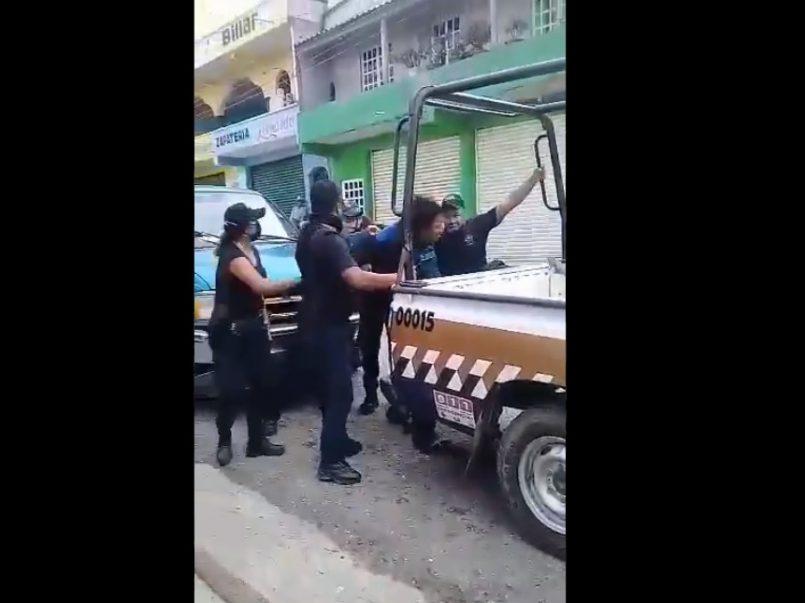 Vídeo-Policías suben a presunto delincuente con fuertes golpes a la patrulla
