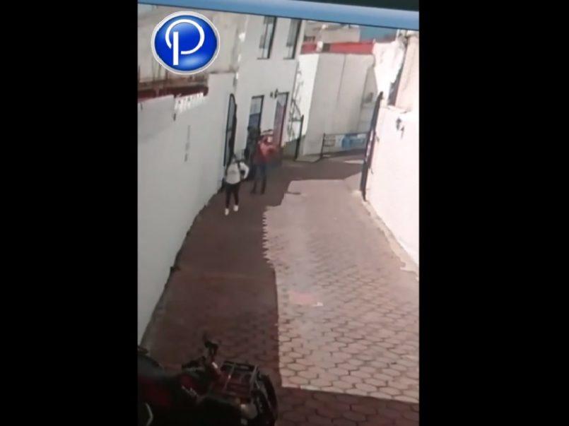 (Video) Buscan a hombre que toca indebidamente a una joven