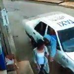 (Video) Roban bolsa a mujer desde un auto en movimiento