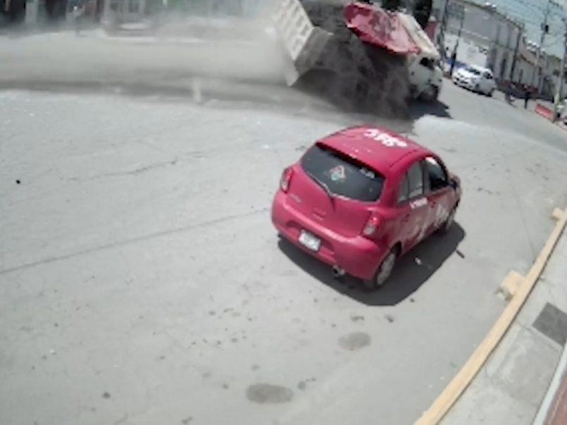 Vídeo-Camión de materiales vuelca dejando una persona muerta y otra lesionada en Calimaya