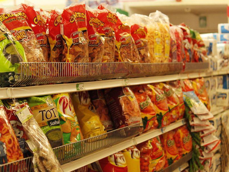 Para comprar refrescos, dulces y papas Walmart ya pide identificación