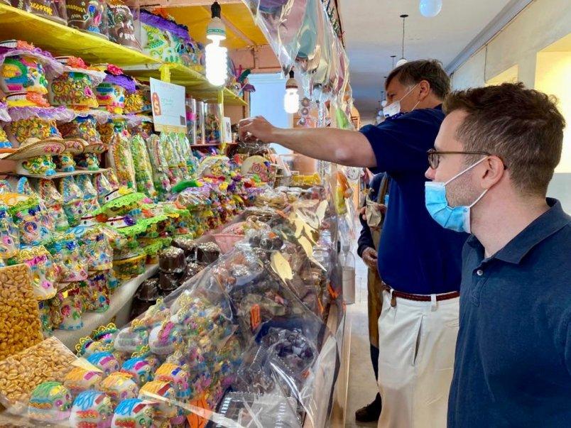 Embajador Estados Unidos visita Feria del Alfeñique en Toluca