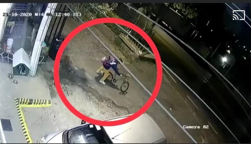 Hombre-se-roba-la-bicicleta-de-un-nino-en-segundos