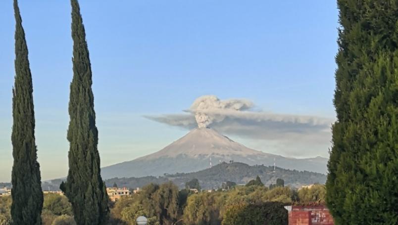 Popocatépetl emite impactante fumarola en forma de Catrina