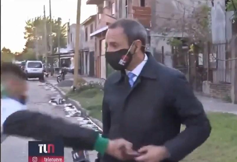 (Video) Roban el celular de un periodista mientras grababa en vivo en Argentina