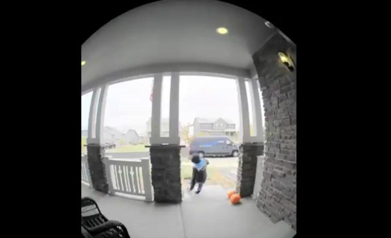 (Video) Mala suerte de un repartidor resbalando dos veces en el mismo sitio