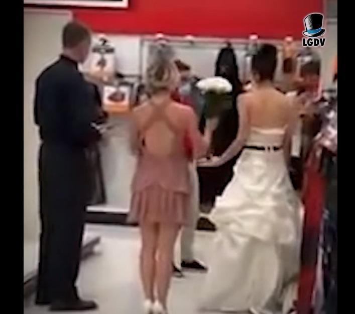 (Video) Mujer busca a novio en su trabajo para casarse en Las Vegas